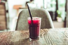 Kall lemonad i ett exponeringsglas på tabellen Fotografering för Bildbyråer