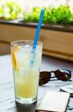 Kall lemonad med is Arkivbild