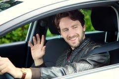 Kall man som kör bilen som säger hälsningar arkivbilder