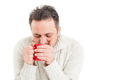 Kall man som rymmer en råna av varmt te Fotografering för Bildbyråer
