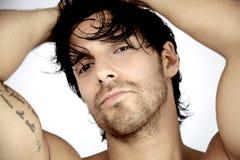 Kall manlig modell som poserar closeupen Arkivfoto