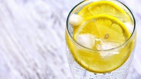 Kall mineralvatten med is och citronen Royaltyfria Foton
