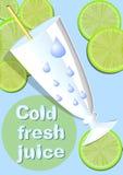 Kall ny fruktsaft, mall med exponeringsglas, sugrör, vattensmå droppar, gröna saftiga skivor av limefrukt på ljus - blått kyler b Arkivfoto