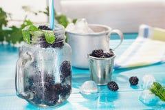 Kall ny lemonad med björnbäret royaltyfria foton