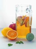 Kall ny lemonaddrink Uppfriskande sommarsangria Hemlagad stansmaskin med nya frukter Royaltyfria Foton