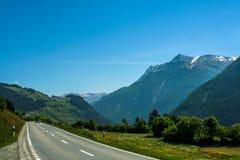 Kall sikt över berget och dalen royaltyfria foton