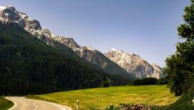 Kall sikt på berget från dalen royaltyfri bild