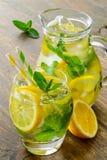 Kall smaklig lemonad med den nya citronen och mintkaramellen Arkivbilder