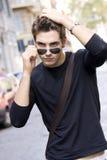 Kall solglasögon för t-shirt för plain för man för modemodell Fotografering för Bildbyråer