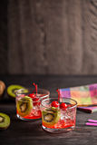 Kall sommarcoctaildrink med körsbäret och kiwin Arkivfoton