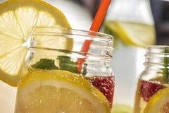 Kall sommarsodavatten i exponeringsglaskrus med skivan av citronen royaltyfria bilder