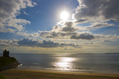 Kall sun över den Ballybunion stranden och slottet Royaltyfri Foto