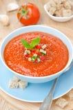 Kall tomatsoppagazpacho med basilika i en bästa sikt för bunke royaltyfri bild