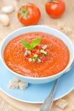 Kall tomatsoppagazpacho med basilika i en lodlinje för bästa sikt för bunke arkivfoto