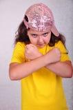 Kall tonårig ålderflicka med ett lock som poserar och gör en gest Royaltyfri Foto