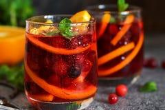 Kall tranb?rfruktsaft med apelsinen och mintkaramellen arkivfoto