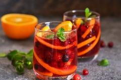 Kall tranb?rfruktsaft med apelsinen och mintkaramellen arkivfoton