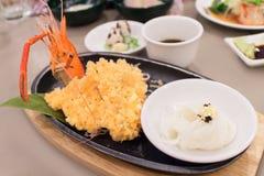 Kall udon- och tempuraräkauppsättning, japansk traditionell mat Arkivfoto