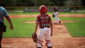 Kall ultrarapid av att slå till för basebollspelare Skjuten bakifrån hem- platta lager videofilmer