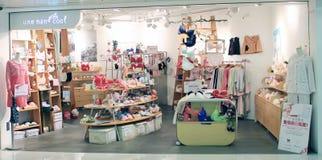 Kall Une mand shoppar i Hong Kong Arkivbilder