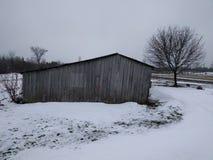 Kall vinter övergiven ladugård Arkivfoto