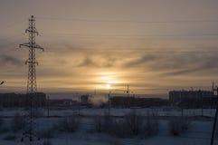 Kall vintersolnedgång, när den utomhus- temperaturen är - 50 grad vid celsiust norr På den polara cirkeln Arkivfoto