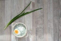 Kall vit soppa på tabellen Royaltyfria Foton