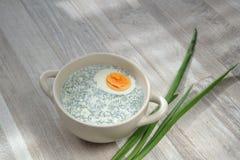 Kall vit soppa på tabellen Royaltyfri Foto