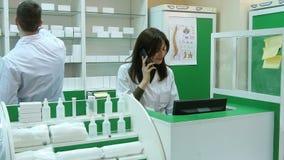 Kalla apotekaren, medan bläddra på datoren i apoteket lager videofilmer