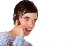 kalla den stiliga lyckliga görande male tonåringtelefonen Fotografering för Bildbyråer