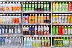 Kalla drinkflaskor i kylförvaring Royaltyfri Fotografi