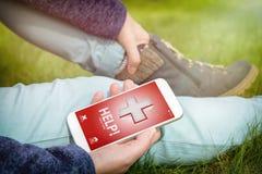 Kalla för hjälp med den smarta telefonen app Royaltyfri Foto