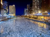 Kalla hårda Chicago River - is i vinter arkivbild