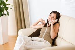 kalla kvinnan för home telefon Royaltyfri Fotografi