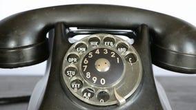 Kalla med den antika telefonen arkivfilmer