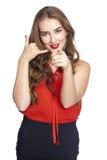 Kalla mig en nätt ung kvinna som pekar hennes finger på dig Royaltyfri Bild
