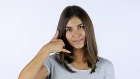 Kalla mig gesten av den härliga flickan, vit bakgrund i studio Royaltyfri Fotografi