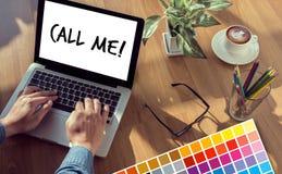 KALLA MIG kontaktar som oss, behar frågan för kundtjänstservice appell Royaltyfri Bild