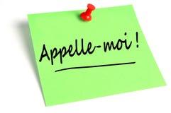 Kalla mig skriftlig i franska på ett stycke av papper royaltyfri illustrationer