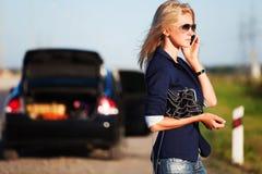 kalla mobilt telefonkvinnabarn Arkivfoto