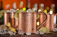 Kalla Moskvamulor - Ginger Beer, limefrukt och vodka royaltyfria foton