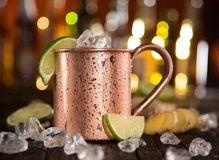 Kalla Moskvamulor - Ginger Beer, limefrukt och vodka på stång arkivfoto
