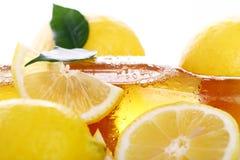 kalla nya citroner för ölflaska Arkivbilder