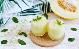 Kalla nya melonsmoothies med mintkaramellen i exponeringsglas, sommardrinkdryck Fotografering för Bildbyråer