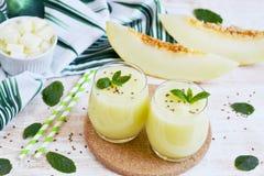 Kalla nya melonsmoothies med mintkaramellen i exponeringsglas, sommardrinkdryck Royaltyfria Bilder