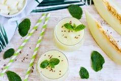 Kalla nya melonsmoothies med mintkaramellen i exponeringsglas, sommardrinkdryck Royaltyfria Foton