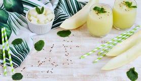 Kalla nya melonsmoothies med mintkaramellen i exponeringsglas, sommardrinkdryck Royaltyfri Fotografi