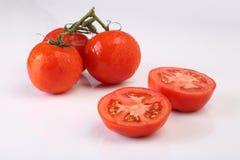 Kalla nya skivade tomater på vit bakgrund Arkivfoton