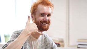 Kalla oss, kontakta oss, gest av mannen med röda hår Royaltyfri Foto
