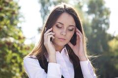 kalla telefonen den allvarliga kvinnan Royaltyfria Bilder